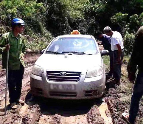 Chiếc xe taxi bị cướp. Ảnh: báo Dân Việt