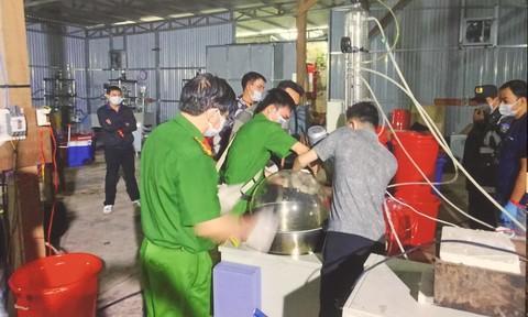 Thu giữ khoảng 20 tấn máy móc, thiết bị, dụng cụ phục vụ sản xuất ma túy. Ảnh: Công an TP. HCM