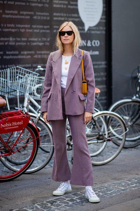Sự kết hợp giữa sắc trắng và tím vừa tạo sự trẻ trung cho người mặc trong các dịp kể cả đi làm hay dạo phố