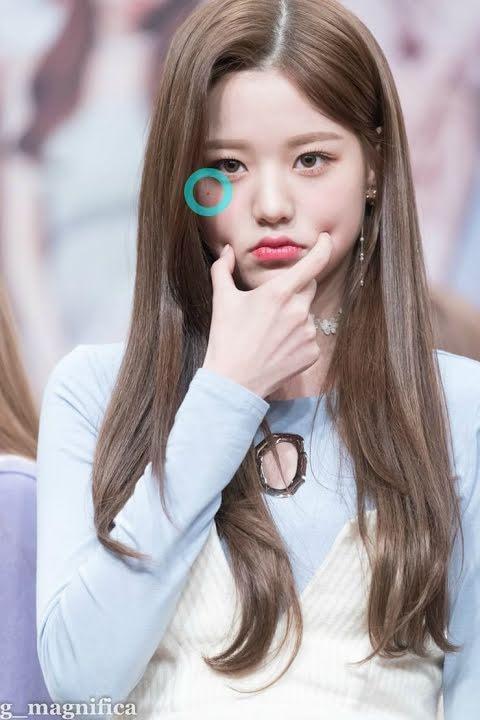 Wonyoung (IZ*ONE) sở hữu nốt ruồi dưới mắt phải.