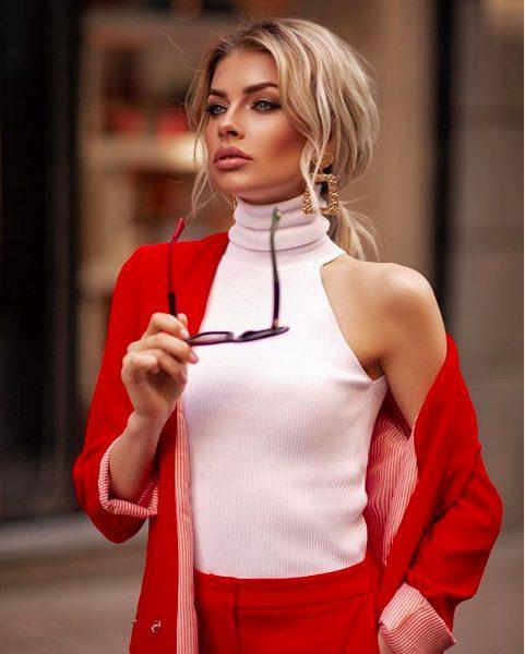 Nàng WAGs được biết đến như một trong số nữ phóng viên nổi tiếng ở Ukraine.
