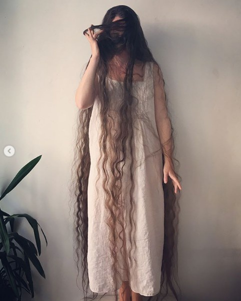 Cô Frankie Cluney và mái tóc dài của mình.