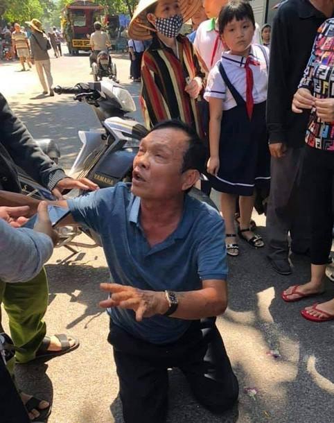 Ông Huyện quỳ lạy người dân ngay sau khi gây tai nạn. Ảnh: Báo Tổ Quốc