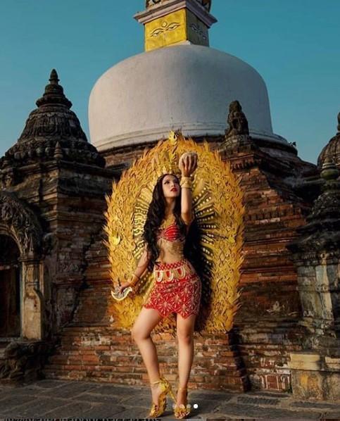 Hoa hậu Nepal trong bộ trang phục lấy cảm hứng từ các công trình kiến trúc cổ ở đất nước cô.
