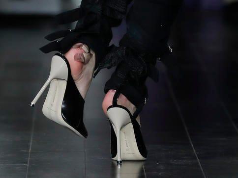 Bao nhiêu băng dán cũng không đủ để làm dịu bớt những vết phồng rộp do giày cao gót.