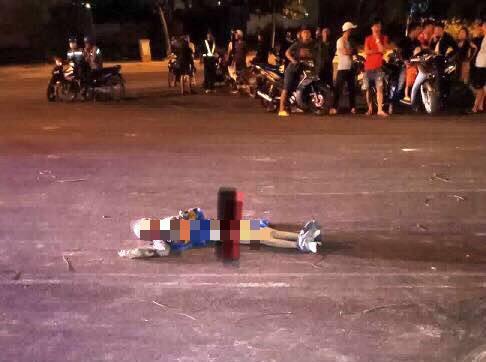 Thi thể nạn nhân bị đưa ra đường. Ảnh: Người Lao động