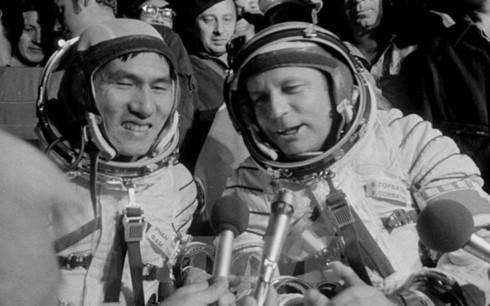 Du hành gia Gorbatko (phải) và phi công Phạm Tuân khi hai người trở về Trái Đất sau chuyến bay vào vũ trụ. Ảnh: TTXVN.