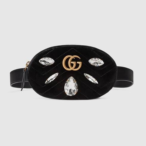 Thế nhưng đấy vẫn chưa phải là mức giá cao nhất trong những chiếc túi belt bag của Gucci. Chiếc túi đắt đỏ nhất chính là GG Marmont belt bag, được làm bằng nhung và đính kết đá, chiếc túi này có mức giá 1290$, gần 30 triệu đồng.