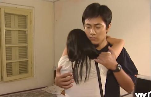 Sau khi bị từ chối tình cảm, Nguyệt xin được ôm Khánh lần cuối. Ảnh cắt từ clip.