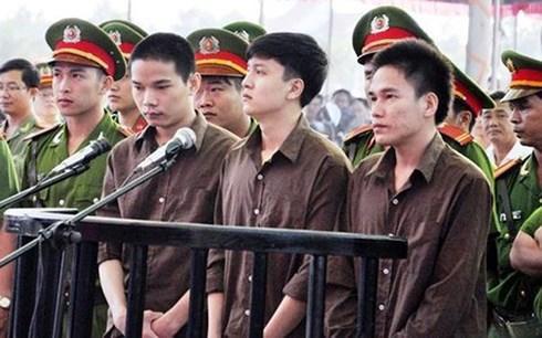 Vũ Văn Tiến (bên trái) trong phiên tòa xét xử vụ án.