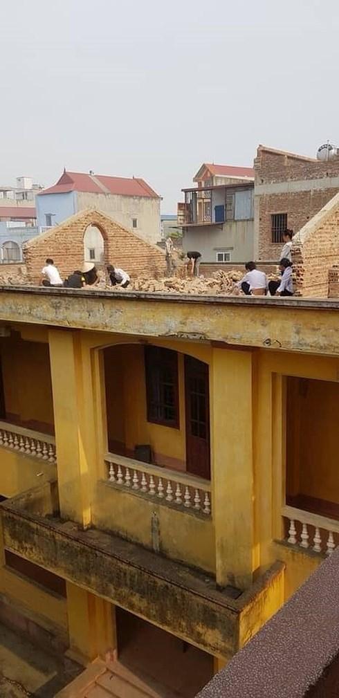 Các em học sinh phải đẽo gạch trên cao, giữa trời nắng khiến nhiều người bức xúc. Ảnh: Facebook.