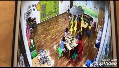 Hình ảnh trích xuất từ camera lớp học cho thấy cháu bé bị giáo viên phạt nhốt vào tủ đồ.