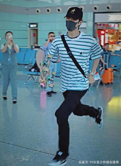 Vương Nhất Bác điên cuồng chạy vì muốn kịp chuyến bay, dân mạng: Người không biết còn tưởng anh chạy về để kịp mừng quốc khánh ảnh 0