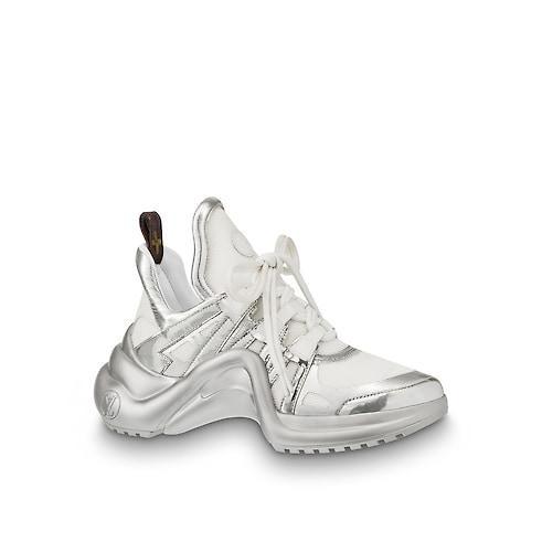 Thiết kế lạ mắt mang phom dáng cong giữa bàn chân chắc chắn sẽ giúp người mang trở thành tâm điểm khi xuống phố. Được biết, giá thành của đôi giày này vào khoảng hơn 26 triệu đồng.