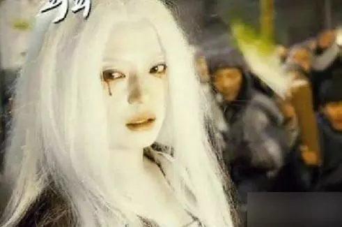 Sao Hoa ngữ với tạo hình mái tóc dài bạc trắng ảnh 6