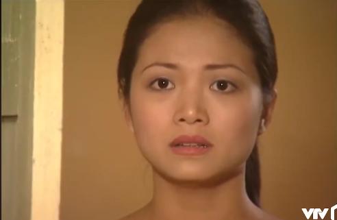 Đúng lúc này, Nhung - người yêu của Khánh xuất hiện và bắt gặp cảnh tượng đau lòng. Ảnh cắt từ clip.