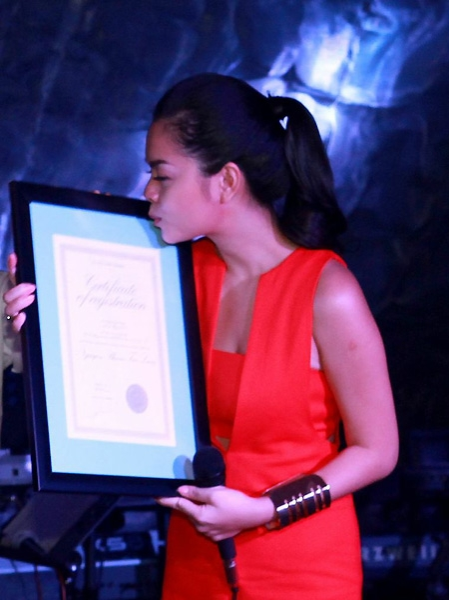 """Phạm Quỳnh Anh là sao Việt đầu tiên được fan tặng """"sao trên trời"""". Theo đó, nữ ca sĩ có được ngôi sao mang tên con gái Tuệ Lâm (Bella) vào năm 2013. Người hâm mộ giải thích rằng, giọng ca Bụi bay vào mắt là ngôi sao trong lòng họ, nhưng với cô thì bé Bella mới là ngôi sao sáng và ý nghĩa nhất. Chính lời chia sẻ cùng đoạn video được thực hiện bí mật với sự xuất hiện của con gái đã khiến cựu thành viên HAT không kìm được nước mắt."""