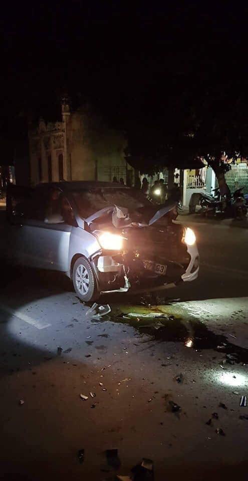 Ô tô bị hư hỏng nặng phần đầu. Ảnh: Nhịp Sống Việt