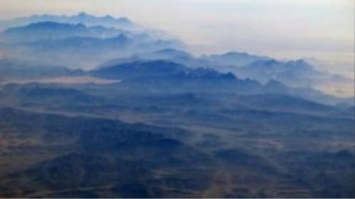 Máy bay gặp nạn rơi tại khu vực đồi núi ở phía bắc Sinai (Ai Cập), gây khó khăn cho lực lượng cứu hộ.
