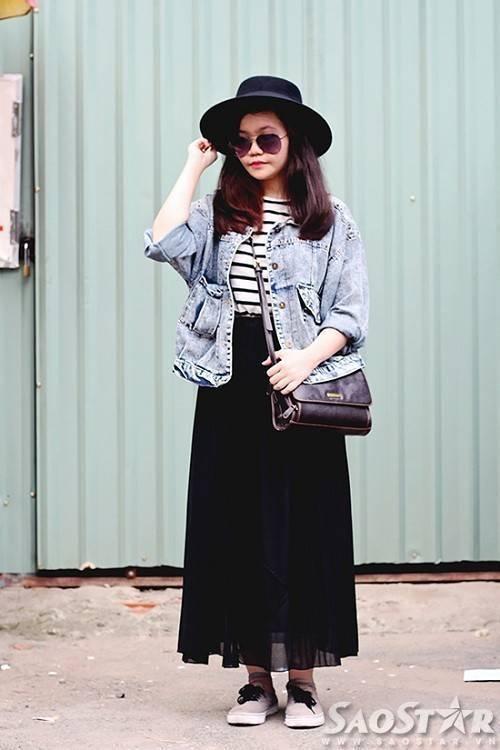Set đồ chân váy dài kết hợp với áo khoác jeans cùng nón và mắt kiếng đen là một gợi ý hoàn hảo cho những cô nàng vừa muốn tránh nóng nhưng vẫn đảm bảo được phong cách thời trang độc đáo của mình.