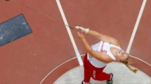 Joanna Fiodorow và khoảnh khắcnhìn theo quả tạ mình đã ném với niềm khát khao chiến thắng.