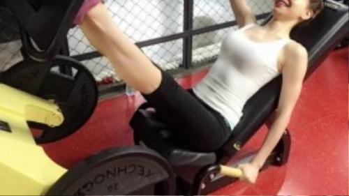 Song song đấy là những hình ảnh bà mẹ một con xinh đẹp đang vui vẻ, hào hứng tập gym.