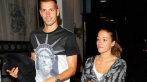 Ngôi sao MU và bạn gái bị bắt gặp khi đi dạo trên phố
