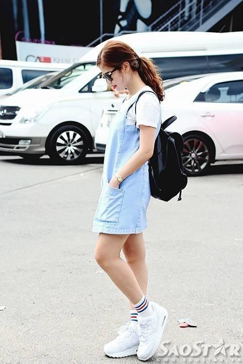Váy yếm baby blue cùng ba lô và sneaker trắng phối cùng tất lửng kẻ sọc là một set đồ không thể bỏ qua đối với những cô nàng năng động, đặc biệt còn có thể giúp bạn trẻ ra thêm vài tuổi!