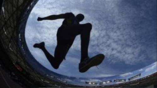 Roman Valiyev và khoảng trời xanh ngắt khi nhảy 3bước.