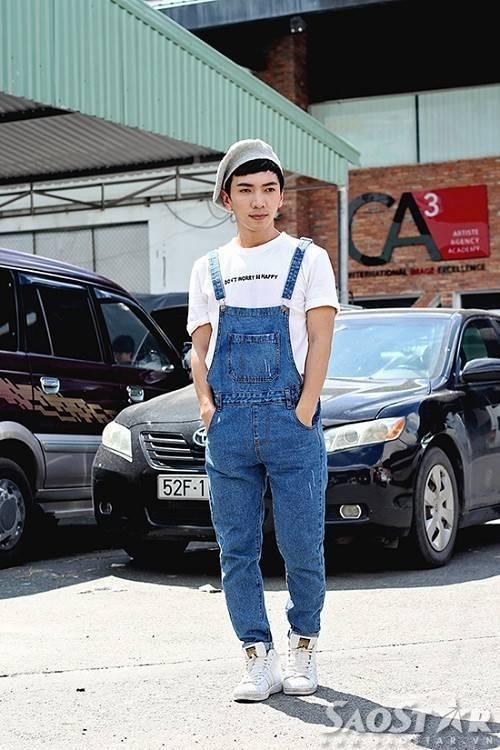 Anh chàng Tj Ak đã chứng minh rằng quần yếm không chỉ dành cho phái nữ khi mix cùng T-shirt với dòng slogan ý nghĩa và mũ beret ngộ nghĩnh, đáng yêu.