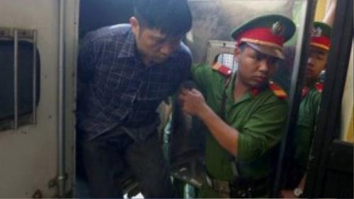 Bị cáo Nguyễn Mạnh Tường bước xuống xe thùng để bước vào phòng xử lúc 8h ngày 11/9. Ảnh: Hoàng Anh.