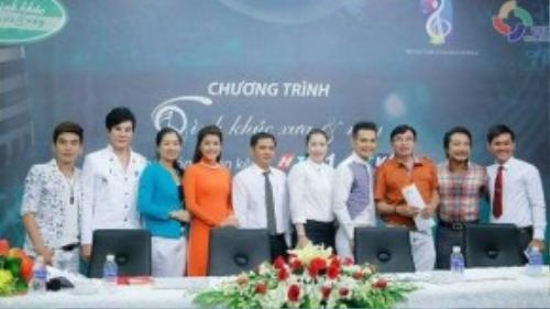 """Cuộc """"tái xuất"""" lần này, Lâm Hùng sẽ hội ngộ cùng các ca, nhạc sĩ có tiếng của showbiz Việt như: ca, nhạc sĩ Đình Văn; ca, nhạc sĩ Thái Hùng; nhạc sĩ Phi Bằng, ca sĩ Lâm Việt Hùng."""