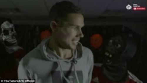 """Tiền vệ Sunderland Jack Rodwell khá """"tỉnh"""" trước màn hù dọa của 2 đồng đội."""