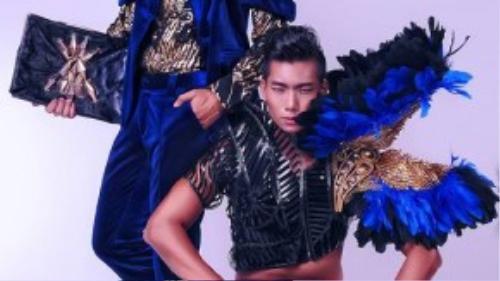 Hai siêu mẫu Ngọc Tình và Hữu Long biểu cảm cá tính trong bộ sưu tập lông vũ ngay sau khi Hữu Long đạt giải tại cuộc thi siêu mẫu 2012.