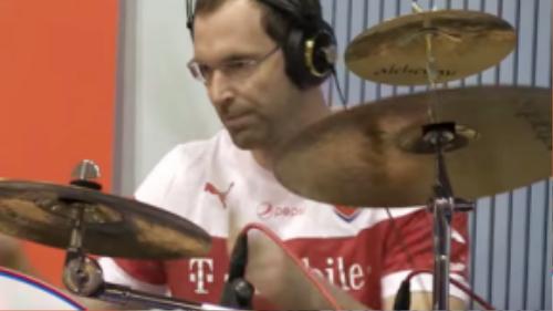 Bàn tay tài hoa của Petr Cech không chỉ chụp bóng hay mà còn chơi trống điêu luyện.