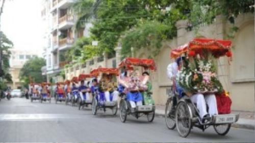 Phía đàn trai bắt đầu xuất phát sang nhà cô dâu lúc 15h10. Tất cả cùng di chuyển bằng phương tiện là xe xích lô với phần mui màu đỏ được kết hoa xung quanh. Hình ảnh đoàn xe nối đuôi nhau một quãng dài nhận được sự quan tâm của nhiều người đi đường.