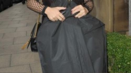 Vợ Rooney với bụng bầu to vẫn rất nhanh nhẹn di chuyển khi đến buổi lễ thời trang.