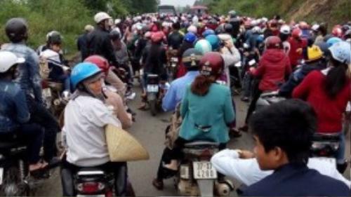 Hàng ngàn người đổ về khiến đoạn đường nhỏ hẹp bị ách tắc hàng giờ đồng hồ – (Ảnh: songlamplus).