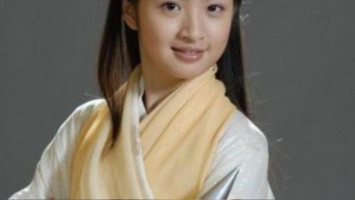 Phiên bản Hoàng Dung của Lâm Y Thần cũng có nét đáng yêu riêng khi cô sở hữu gương mặt bầu bĩnh, nụ cười ngọt ngào.