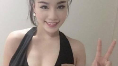 Hot girl Linh Miu tiện thể khoe ngực khủng với khả năng vòng tay chạm ngực của mình.