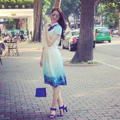 Không cầu kì hay kiểu cách, Phạm Hương đem lại sự dịu mát cho tòan bộ set đồ với hai màu sắc xanh-trắng nhẹ nhàng. Việc kết hợp tone sur tone từ giày, túi xách và phụ kiện chính là điểm đắt giá của out fit.