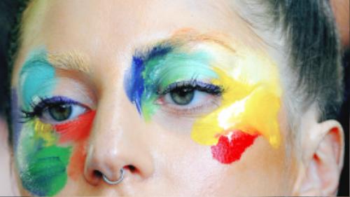 Với style trang điểm lạ kỳ này, Lady Gaga không thể bị nhầm lẫn với bất kỳ ai!