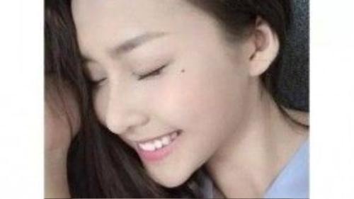 Khả Ngân trong sáng với tông trang điểm hồng nhạt, nhấn ở phần môi bằng son cùng màu.
