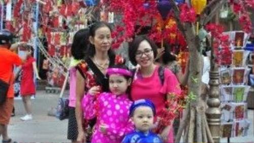 Đường sách Nguyễn Văn Bình như khoác lên một tấm áo hoàn toàn khác lạ, đầy rực rỡ trong ánh xuân. Ảnh: Vũ Nguyễn.