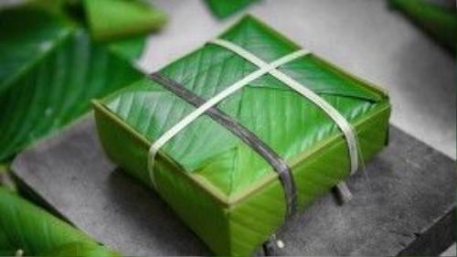 Bánh chưng là chiếc bánh có lịch sử lâu đời nhất Việt Nam, có vị trí đặc biệt quan trọng trong tâm thức người Việt, bắt buộc phải có nhân dịp năm mới. Chiếc bánh hình vuông, màu xanh lá cây tượng trưng cho quan niệm về vũ trụ, đất đai, mùa màng…