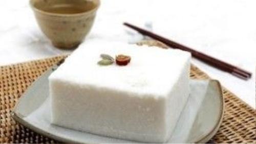 Bánh gạo hấp của người Hàn Quốc (Baekseolgi) có màu trắng và xốp như tuyết. Bánh thường được dùng trong các dịp lễ Tết vì tượng trưng cho điềm lành, mang lại niềm vui và hạnh phúc.