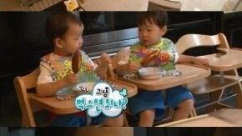 Khoảnh khắc ăn xúc xích của các nhóc tỳ gây sốt thứ hai.