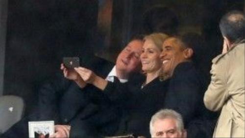 Tổng thống Mỹ Barack Obama, Thủ tướng Anh David Cameron và Thủ tướng Đan Mạch Helle Thorning Schmidt cùng chụp ảnh tại Nam Phi hôm 10/12/2013. Ông Obama cũng có rất nhiều bức hình wefie được đăng tải trên mạng.