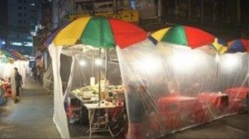 Pojangmacha - phong cách quán nướng lều bạt thường thấy trên phim ảnh Hàn Quốc sẽ khiến bạn thích mê. Hãy gọi thử một chai soju để hít hà hơi ấm nồng của vị rượu gạo giữa tiết trời se lạnh của Seoul.