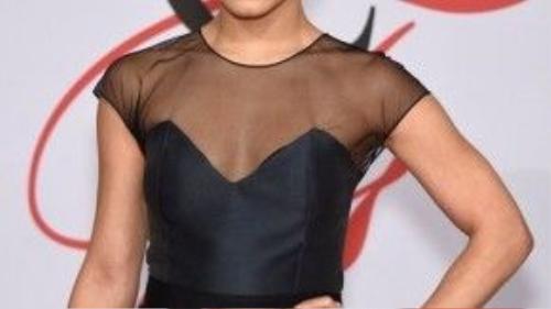 Đơn giản nhưng vẫn sang trọng với tóc thẳng ngôi giữa buộc thấp như Vanessa Hudgens.